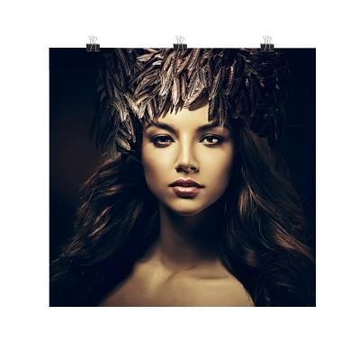 Photo sur toile d'une femme recouverte de plumes. Toile déco aux couleurs noir et brun-doré.