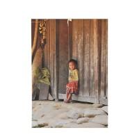 Photo sur toile sur châssis qui représente une petite fille du Vietnam défigurant du regard le photographe et le spectateur.
