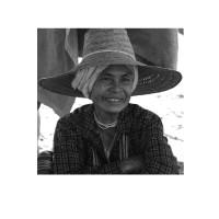 Photo sur toile carrée d'une femme en train de sourire. Cette toile sur châssis est carrée.
