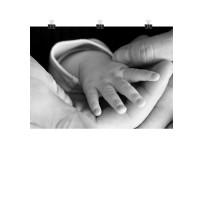 Photo sur toile tenue à l'aide de pinces, toile déco en noir et blanc représentant une main de bébé.