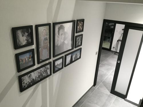 le mur de cadres pos avec le jeu de lumire de lescalier - Decorer Une Entree Avec Escalier